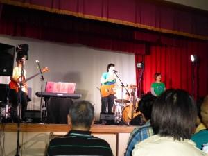 3度目の「虹の架け橋」コンサート渡波公民館ライブの様子